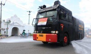 Polda DIY mengerahkan Water Canon milik Brimob untuk menyemprotkan disinfektan secara massal. (Foto: Headline.co.id)