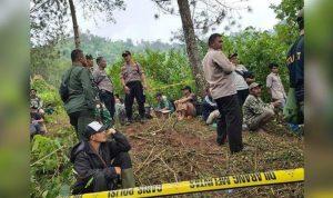 Polisi di lokasi penemuan mayat perempuan yang terbungkus karung di Desa Sirnajaya.