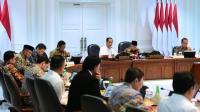 Presiden Joko Widodo memimpin rapat terbatas terkait strategi percepatan pengentasan kemiskinan di Kantor Presiden, Jakarta pada Rabu, 4 Maret 2020