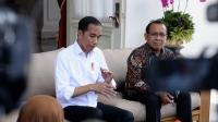 Presiden Joko Widodo menyampaikan keterangan pers didampingi oleh Menteri Sekretaris Negara Pratikno di Istana Merdeka, Jakarta pada Selasa, 3 Maret 2020. Presiden Jokowi menyampaikan bahwa pemerintah melakukan upaya maksimal untuk mencegah wabah virus korona semakin meluas dan menjamin pasokan barang kebutuhan tetap terjaga. Presiden juga mengajak masyarakat untuk turut mendoakan dan memberi dukungan bagi dua warga negara Indonesia (WNI) yang sebelumnya telah dinyatakan positif terjangkit virus korona