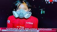 Reporter perempuan yang memakai masker gas mencuri perhatian warganet.