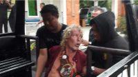 Seorang bule diamankan pihak kepolisian setelah merusak sebuah Minimart di Bali karena mabuk.