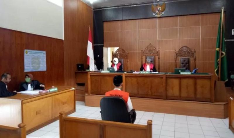Seorang terdakwa mengikuti proses sidang putusan kasus pornografi di Pengadilan Negeri Kabupaten Garut Jawa Barat