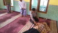 Tampak polisi sedang memeriksa tanda kehidupan dari Agus Salim imam masjid di Klaten yang ternyata telah meninggal