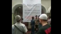 Terlihat Sekelompok orang menurunkan Maklumat di salah satu Masjid di Bandung.