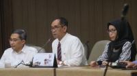 Wakil Rektor Bidang Kerja Sama dan Alumni UGM Paripurna Poerwoko Sugarda (tengah) memberikan keterangan saat jumpa pers di RSUP Sardjito Yogyakarta