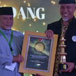 Wali Kota Padang Mahyeldi menerima penghargaan Grand Ikadi Award 2020