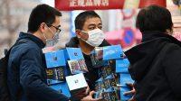 Warga di Jepang memborong seluruh persediaan masker di Apotek Akibahara, Tokyo, Jepang. (Ilustrasi: AFP)