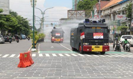Water Canon Sat Brimob Polda DIY melakukan penyemprotan disinfektan di sejumlah jalan protokol di wilayah hukum DIY. (Foto: Headline.co.id)