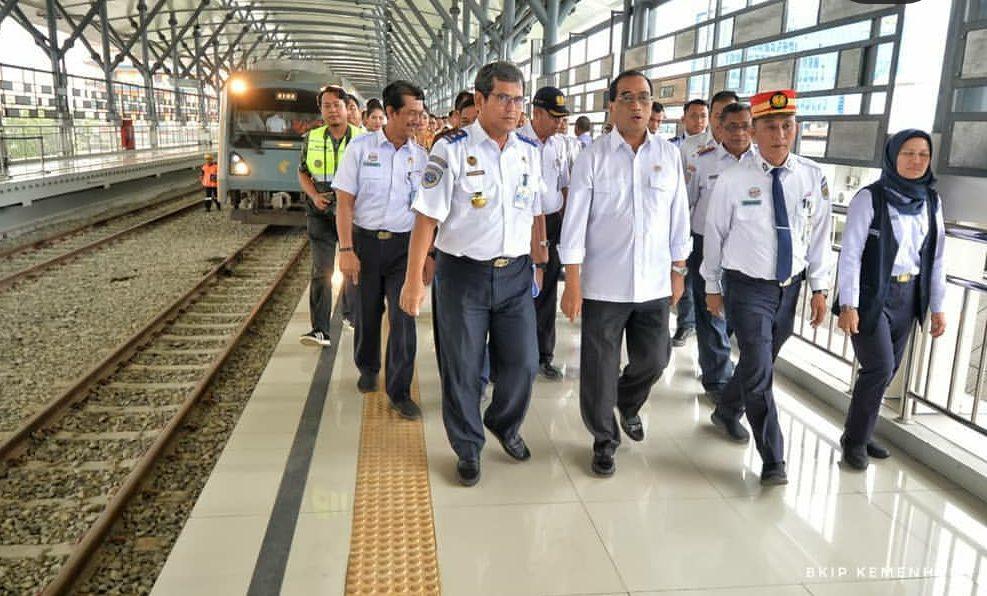 Budi Karya Sumadi saat meninjau proyek rel kereta layang di Medan. (Foto: BKIP Kememhub)