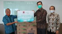 Direktur Optimasi Jaringan Logistik dan Peralatan BNPB Ibnu Asur menerima donasi Rp150 juta dari PT KAO Indonesia. (Foto: BNPB)