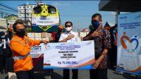 EVP Daop 6 Yogyakarta Eko Purwanto secara simbolis menyerahkan bantuan kepada perwakilan penerima bantuan