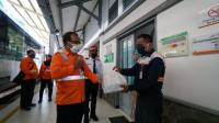 EVP PT KAI Daop 6 Yogyakarta Eko Purwanto memberikan bantuan paket sembako