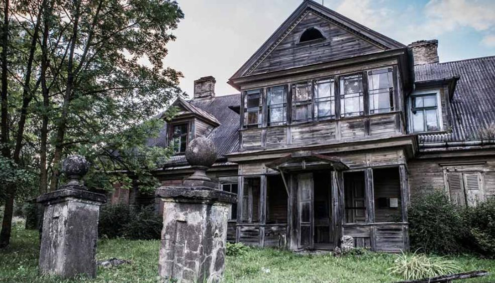 Ilustrasi Rumah Tua Angker.