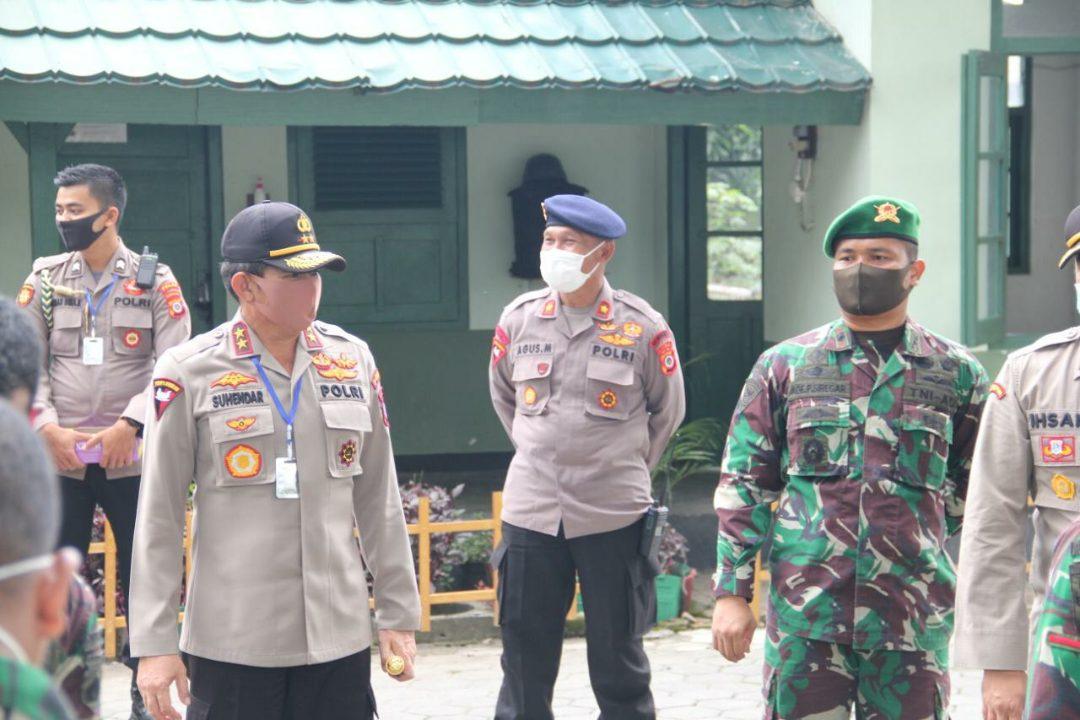 Kapolda DIY melihat langsung situasi dapur umum yang didirikan oleh Brimob Polda DIY dan Batalyon Infanteri 403 TNI AD. (Foto: Headline.co.id)