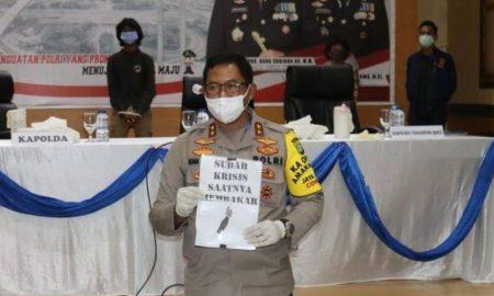 Kapolda Metro Jaya Irjen Nana Sudjana menunjukan barang bukti aksi vandalisme kelompok anarko di Kota Tangerang, Banten, Sabtu 11 April 2020. (Dok. Humas Polda Metro Jaya)