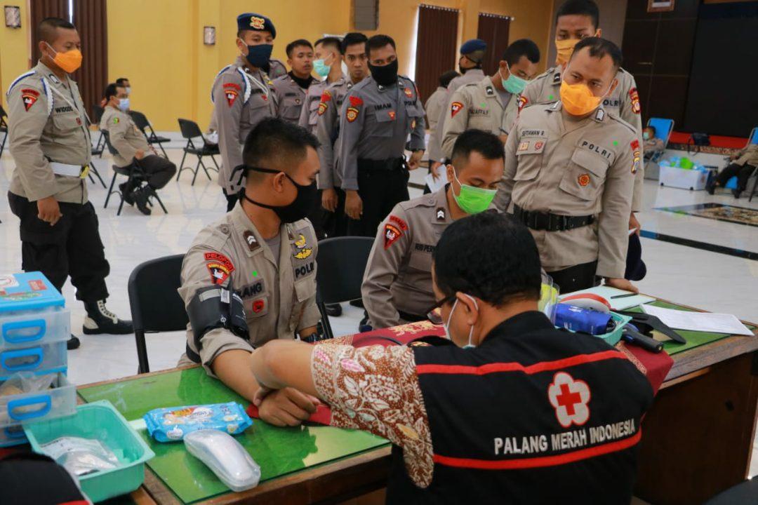 Kegiatan donor darah di Mapolda DIY bekerja sama dengan PMI cabang Sleman guna mencegah penyebaran Corona dan Demam Berdarah. (Foto: Headline.co.id)