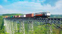 Kereta api angkutan peti kemas melintasi Gedebage - Cikubang, Jawa Barat