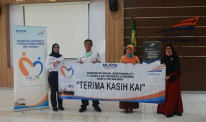 PT KAI serahkan bantuan bina lingkungan ke Siswa dan Siswi berprestasi. (Foto: Headline.co.id)