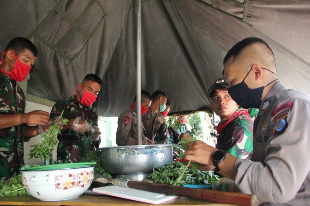 Personel Brimob Polda DIY dan Prajurit Batalyon Infanteri 403 bergotong royong memasak bersama di dapur umum, kegiatan ini untuk membantu masyarakat yang kurang mampu. (Foto: Headline.co.id)