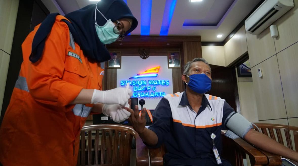 Petugas Kesehatan PT KAI Daop 6 Yogyakarta melakukan pemeriksaan kesehatan cleaning service