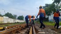 Petugas PT KAI melakukan pengecekan Jalur Kereta Guna Melakukan Perawatan Rel Kereta Api di Stasiun Purwokerto