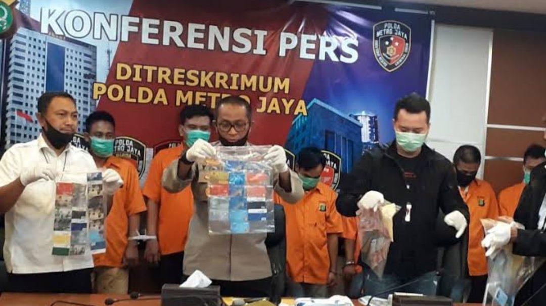 Polda Metro Jaya amankan 8 Pelaku sindikat pembobol ATM. (Foto: Antara)
