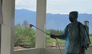 Prajurit TNI Kodam Iskandar Muda menyemprotkan disinfektan untuk mencegah penyebaran COVID-19 di musala Dayah Mini Aceh