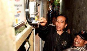 Presiden Jokowi Saat melakukan peninjauan sambung listrik gratis di Bogor oleh BUMN.(Foto: Setpres)