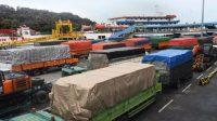 Sejumlah truk yang akan menyeberang ke Sumatera antre sebelum masuk kapal ferry di Pelabuhan Merak, Banten. (Foto: Antara)