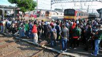 Situasi kepadatan dipengguna KRL di Stasiun Bogor, Jawa Barat. (Foto: Antara)