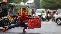 Spiderman turun di Jalanan Makassar untuk kampanyekan 'stay home' melawan Corona. (Foto: Komunitas Om Robot)