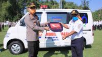 VP Daop 7 Madiun Joko Widagdo menyerahkan secara simbolis bantuan mobil jenazah kepada Kapolres Madiun AKBP Eddwi Kurnianto di Madiun