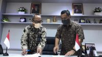 Direktur KSKK Madrasah Kemenag, Ahmad Umar dengan Arya Sanjaya, President Director PT. Duta Digital Informatika, representasi Google di Indonesia. (Foto: Humas Kemenag)