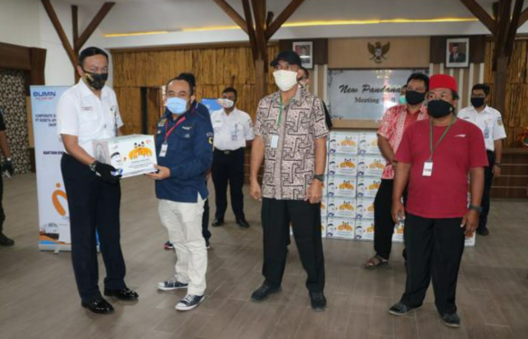 EVP Daop 4 Semarang Muhamad Nurul Huda Dwi Santoso memberikan bantuan sembako di lingkungan kerja wilayah Daop 4 Semarang.