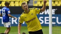 Erling Haaland buka keunggulan Borussia Dortmund atasSchalke04. (Foto: Goal.com)
