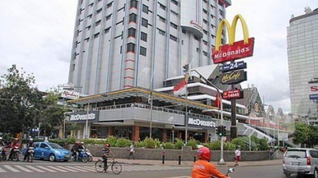 Gerai McDonlad yang berada di Gedung Sarinah Jakarta Ditutup. (Foto: Musidju1)