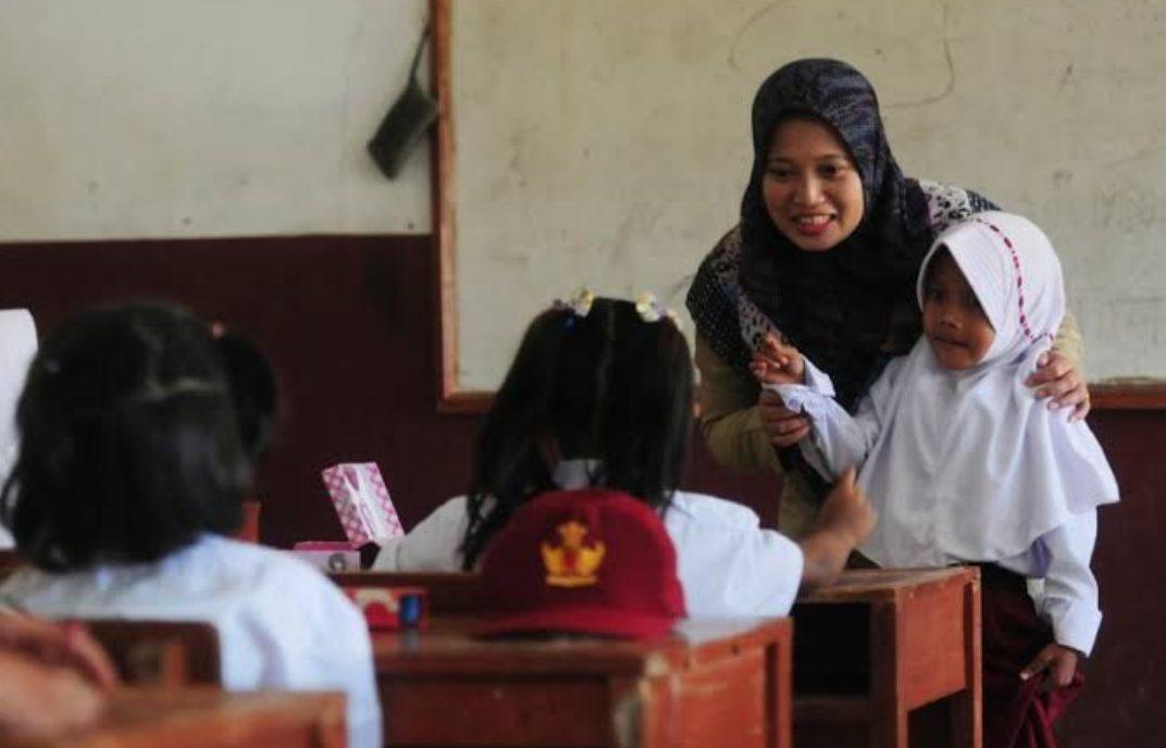 Guru mengajar. (Foto: Republika)