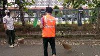 Ilustrasi, Pelanggar PSBB diberikan sanksi berupa menyapu jalan di Kelurahan Cipete Selatan, Kecamatan Cilandak, Jakarta Selatan.