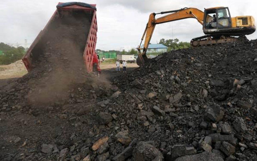 Ilustrasi, aktivitas bongkar muat batu bara di salah satu tempat penampungan di Balikpapan, Kalimantan Timur. (Foto: ANTARA)