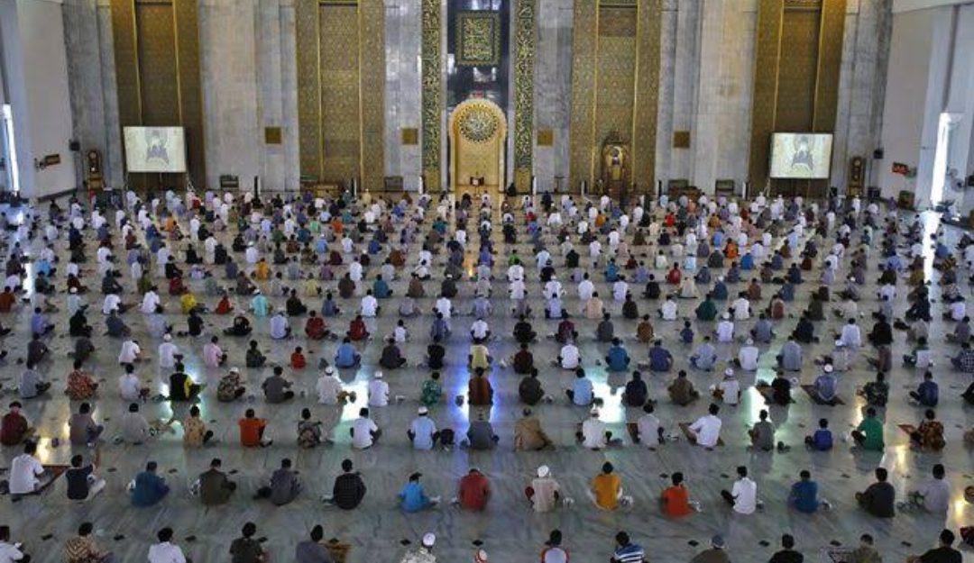 JAGA JARAK DALAM BARISAN: Jamaah mendengarkan khotbah saat pelaksanaan salat Jumat di Masjid Al Akbar Surabaya. (Ilustrasi: Jawapos)