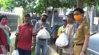 Juru Bicara Gugus Tugas Percepatan Penanganan COVID-19 Kota Bandarlampung Ahmad Nurizki menyalurkan donasi sembako dari Universitas Teknokrat Indonesia Lampung kepada pengemudi ojek daring