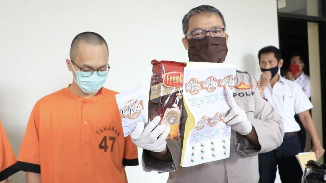 Kabid Humas Polda DIY Kombes Pol Yuliyanto saat menunjukkan barang bukti tembakau gorila yang sudah berbentuk kemasan kopi saset.