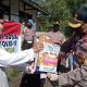 Kapolres Rejang Lebong AKBP Dheny Budhiono menyerahkan bantuan paket sembako kepada warga