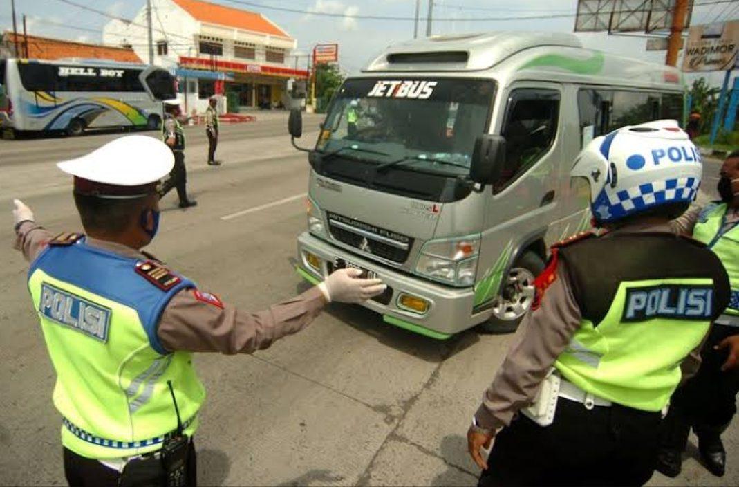 Kegiatan penyekatan kendaraan pemudik (Foto: Oky Lukmansyah-Antara Foto)