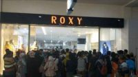Kerumunan masyarakat di salah satu pusat perbelanjaan di Jember. (Foto: Istimewa)