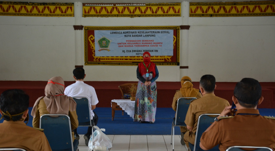 Lembaga Koordinasi Kesejahteraan Sosial Kota Bandar Lampung membagikan sembako untuk keluarga kurang mampu dan warga terdampak Covid-19