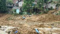 Longsoran menimbun belasan rumah di Desa Wangun Jaya Kecamatan Leuwisadeng Kabupaten Bogor Jawa Barat
