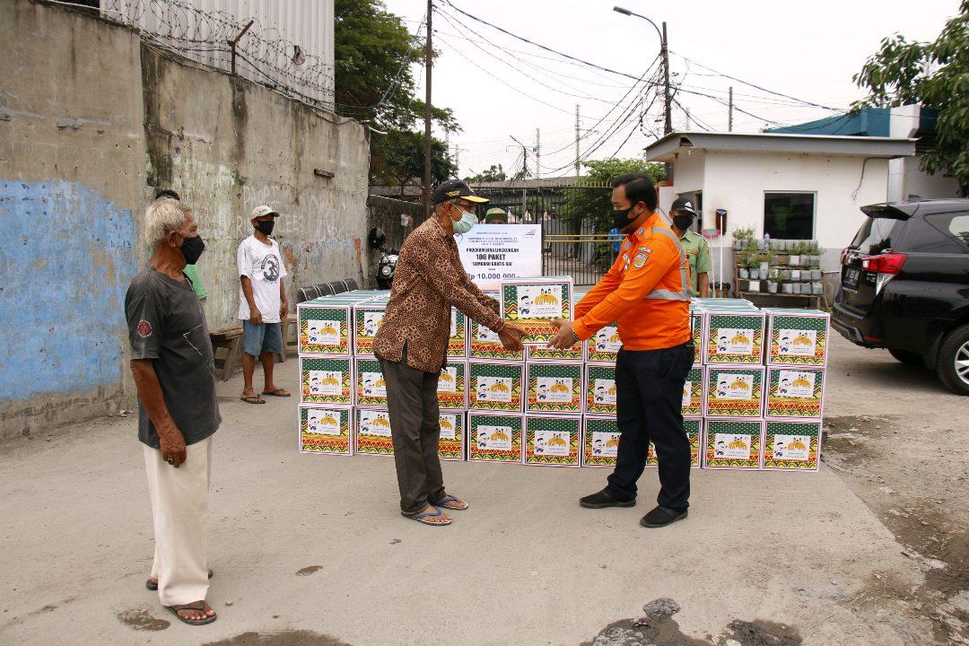 PT Kereta Api Indonesia (Persero) memberikan bantuan bahan pokok kepada masyarakat yang ekonominya terdampak akibat wabah Covid-19. (Foto: Headline.co.id)