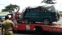 Para pemudik yang menyewa truk towing di Semarang.